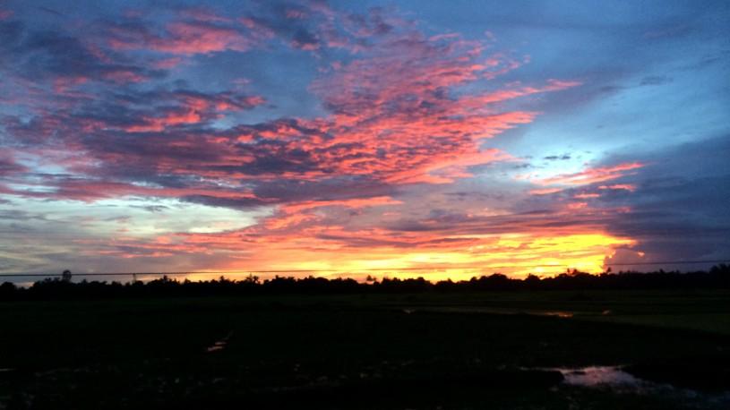 ミャンマーで夜行列車から眺めた夕焼け